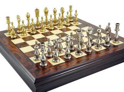 Schachbretter und Schachfiguren aus Metall