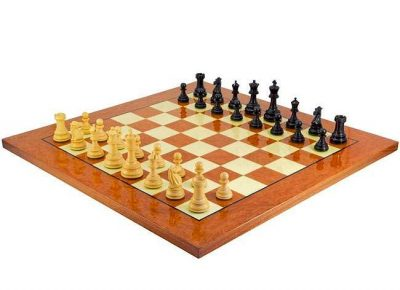 """Schachensemble """"Cheltenham Luxus"""" Schachbrett aus Ulme und Ahornwurzel Lackiert & Schachfiguren aus Ebenholz"""