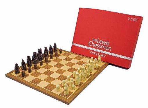 """Schachensemble """"Isle of Lewis"""" Schachbrett aus Nussbaum & Schachfiguren aus Kunstharz"""