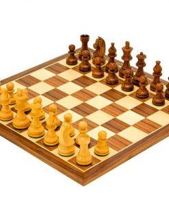 """Schachensemble """"Knight Academy"""" Schachbrett aus Nussbaum- und Ahornholz & Schachfiguren aus Rosenholz"""
