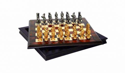 """Schachensemble """"Römer gegen Barbaren III """" Schachbrett aus Nussbaum- und Ahornholz & Schachfiguren aus Metall Massiv"""
