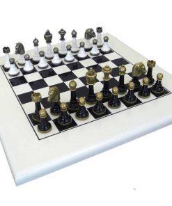 """Schachensemble """"Staunton Design"""" Schachbrett aus Holz Lackiert & Schachfiguren aus Metall Massiv Lackiert Schwarz/Weiß"""