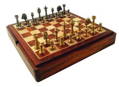 """Schachensemble """"Staunton"""" Schachbrett aus Rosenholz mit integriertem Aufbewahrungsfach & Schachfiguren aus Messing"""