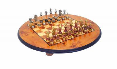 """Schachensemble """"Stilisiert"""" Rundes Schachbrett mit Standfüßen aus Bruyère- und Ulmenholz & Schachfiguren aus Holz und Messing"""