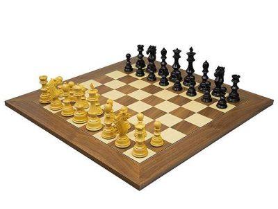 """Schachensemble """"Sun Tzu"""" Schachbrett aus Nussbaum- und Ahornholz & Schachfiguren aus Holz Ebenholz und Elfenbein"""