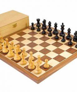"""Schachensemble """"Wilder Springer Schwarz"""" Schachbrett aus Nussbaum und Ahorn"""
