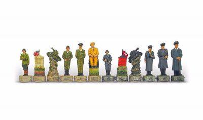 """Schachset aus Kunstharz """"Hitler gegen Roosevelt"""